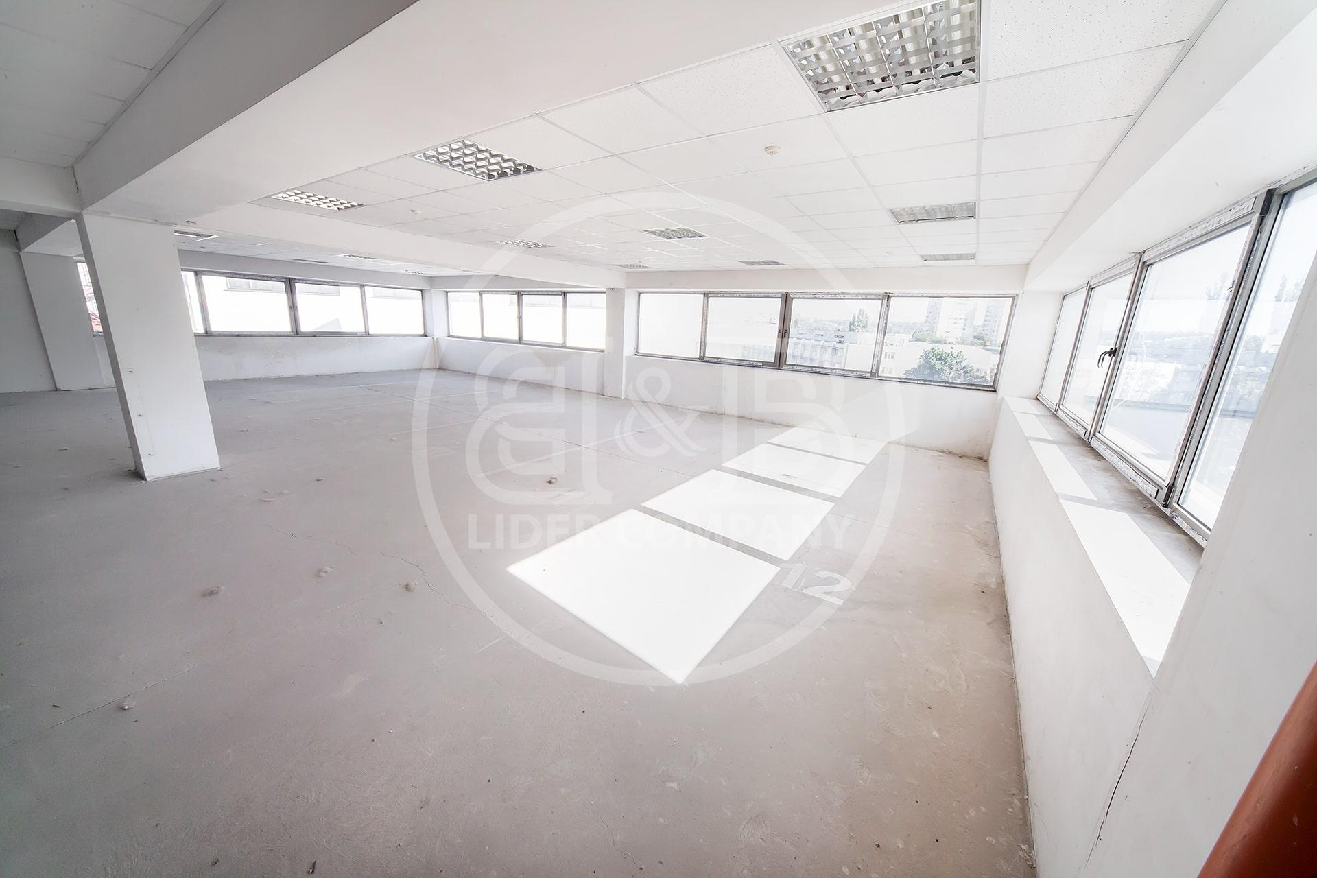 Prima linie spațiu comercial bd Decebal sectorul Botanica preț de 549 euro/m2