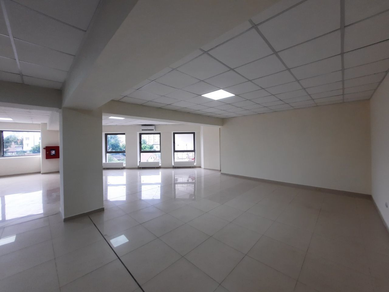 Se oferă in chirie oficiu 153 m2, bd. Decebal, prima linie !